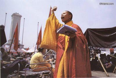 17 мая 1989 г. Монах на площади Тяньаньмэнь выступает с речью в поддержку действиям студентов. Фото с 64memo.com