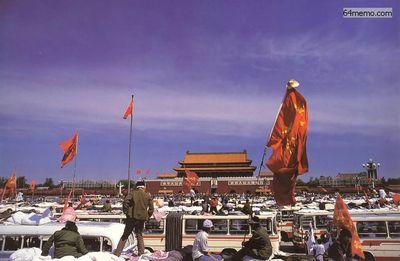 19 мая 1989 г. Студенты заняли всю площадь Тяньаньмэнь. Они жили в автобусах или в палатках или просто под открытым небом. Фото с 64memo.com