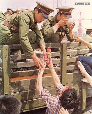 21 мая 1989 г. Студенты приносят еду солдатам, машины которых горожане не пускают к центральной площади. Фото с 64memo.com
