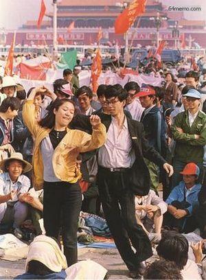 22 мая 1989 г. Студенты на площади Тяньаньмэнь поют песни о демократии и танцуют. Фото с 64memo.com