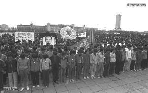 22 апреля 1989 г. Студенты пекинского университета на площади Тяньаньмэнь скорбят по умершему бывшему лидеру компартии Ху Яобану. Фото с 64memo.com