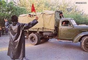 23 мая 1989 г. Армейским машинам с солдатами удалось проехать через гражданский заслон и они двинулись к площади. Студенты рассказывают им свои демократические идеи, солдаты машут из машины в знак поддержки. Фото с 64memo.com