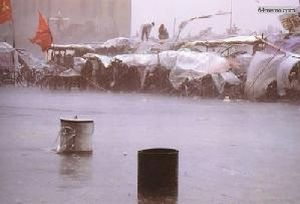 23 мая 1989 г. Начался сильный дождь и ветер, но это не ослабило боевой дух студентов. Фото с 64memo.com