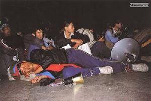 26 мая 1989 г. Руководитель студенческого патруля, студент института физкультуры Чжан Цзянь, уставший после танцев на концерте, заснул прямо на сцене. Он сейчас поживает во Франции, в его теле до сих пор находится пуля, которая попала в него во время подавления студентов. Фото с 64memo.com