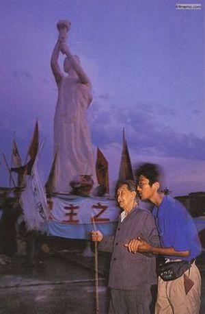 1 июня 1989 г. Студент поддерживает пожилую женщину, которая пришла посмотреть, как создаётся скульптура статуи Свободы. Фото с 64memo.com