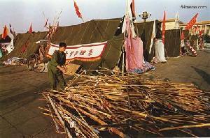 2 июня 1989 г. Студенты на площади Тяньаньмэнь из бамбуковых жердей сооружают навесы от солнца. Фото с 64memo.com
