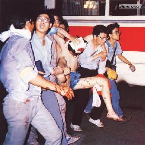 4 июня 1989 г. Ночью солдаты открыли огонь по демонстрантам и началась массовая бойня, которая длилась до полуночи 6 июня. Студенты несут своего раненого единомышленника для оказания медпомощи. Фото с 64memo.com