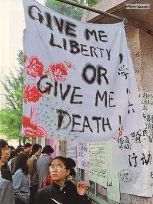 25 апреля 1989 г. На одном из плакатов, сделанных студентами пекинского университета, был написан лозунг, который использовался в США во время революции: «Если нет свободы, то лучше умереть». Фото с 64memo.com