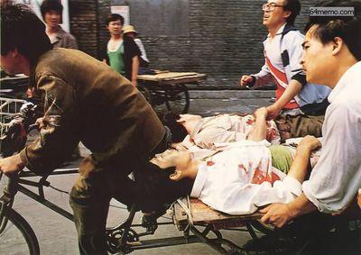 4 июня 1989 г. Студенты, рискуя жизнью, вывозят своих раненых товарищей. Фото с 64memo.com