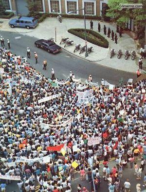 4 июня 1989 г. В Вашингтоне напротив китайского посольства прошла массовая акция протеста против кровавой бойни в Пекине. Фото с 64memo.com