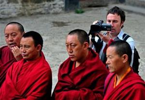 22 июня. Иностранный корреспондент делает видео-съёмку в монастыре Сера г.Лхасы. Фото: AFP