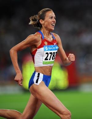 Гульнара Самитова-Галкина выиграла забег на 3000 метров с/п на Олимпиаде в Пекине,   установив при этом новый мировой рекорд -8.58,81. Фото: FABRICE COFFRINI/AFP/Getty Images