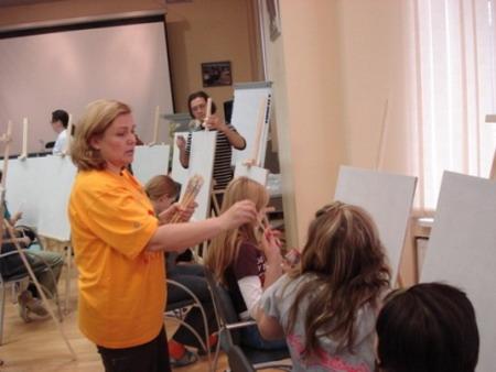 Тамара Семенова выдает кисти будущим Айвазовским и Репиным. Фото: МО