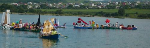 Участники парада лодок подплывают к пирсу. Фото: Елена Захарова/Великая Эпоха