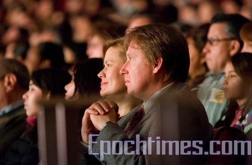 Зрители заворожено смотрят концерт труппы