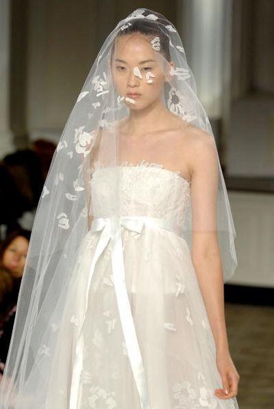 Свадебные платья от Oscar De La Renta. Фото: Photo by Rob Loud/Getty Images