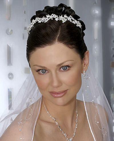 Украшение для невест: корона и фата - любимое сочетание. Фото с efu.com.cn
