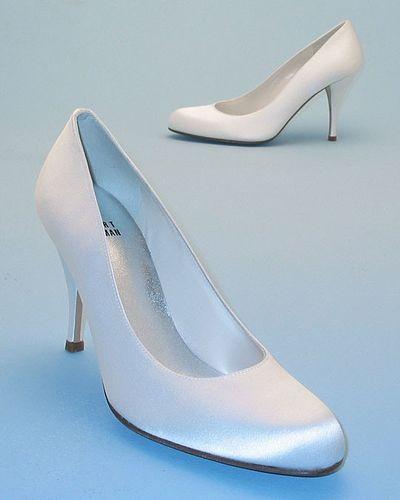 Белые атласные свадебные туфли. Фото с efu.com.cn
