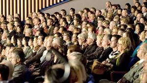 Очарованная аудитория наблюдает за Гала-концертом, посвященным китайскому Новому году во Дворце конгрессов в Париже. Фото: Великая Эпоха
