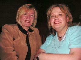 Эйлин Мокальди (справа) и ее подруга и коллега Жоржет делятся своими впечатлениями во время Гала-концерта. Фото: Кэри Данст/Великая Эпоха