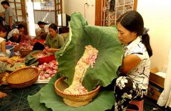 Сбор тычинок лотоса в хозяйстве супругов Тиен и Лоан – самом крупном поставщике сырья для производства элитного лотосового чая в Ханое. Фото: http://www.nhat-nam.ru/tea2