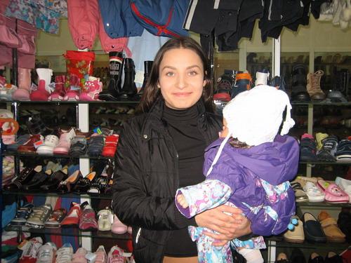 Покупательница со своим малышом в магазине