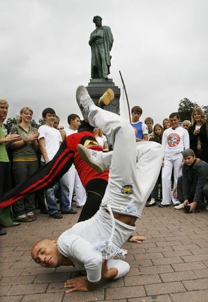 Подросток выполняет сложный элемент танца на площади А.С. Пушкина в Москве. Фото: Alexey SAZONOV/AFP/Getty Images