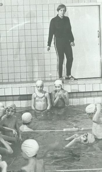 Галина Прозуменщикова с детьми в бассейне. Фото предоставлено автором