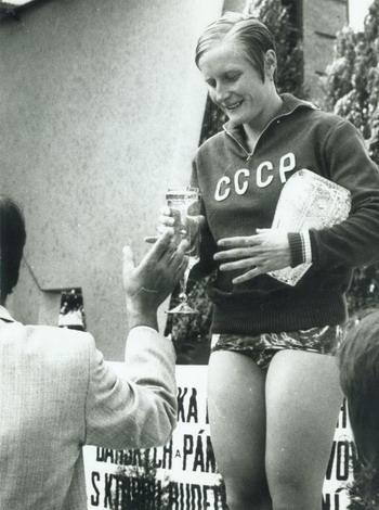 Галина Прозуменщиковой вручают приз. Фото предоставлено автором