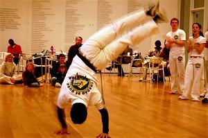 Танцор или воин? Мюриель Рибейро показывает элемент капоэйры в Музее Искусств в Атланте. Афро-бразильское боевое искусство зародилось у народа йоруба и включает пение, выкрики, ритм и барабанную дробь. Фото: Мэри Силвер/ «Великая Эпоха»
