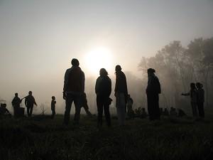 Подготовка традиционного непальского пикника в утреннем тумане. Фото Даррелла Халима