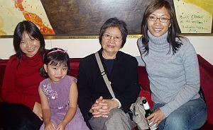 Энн Нгуен (справа) и ее мать, сестра и племянница, все насладились Китайской феерией. Фото: Пета Эванс /Великая Эпоха