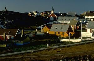 Красоты побережья. Эта фотография старой части Нуука, расположенного на западном побережье, дает представление об архитектуре в европейском стиле, встречающейся в этом районе. Фото: Greenland Tourism /Manfred Horender