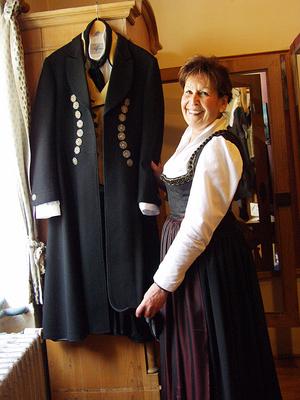 Урсула Фроехмер показывает пальто с подлинными Дахауер - серебряными пуговицами. Фото: Розмари Фрухоф /Великая Эпоха