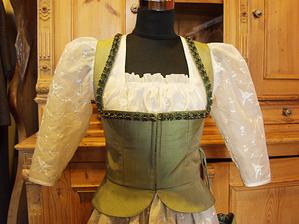 Новая интерпретация кружев: свадебный дирндль [платье с цельной юбкой], сшитый из шёлка с рукавами из органзы. Фото: Розмари Фрухоф /Великая Эпоха