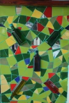 Стенка бара: смешение материалов и инкрустированные бутылки. Фото: Сузилу /Великая Эпоха