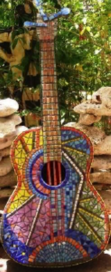Гитара, покрытая цветной мозаикой. Фото: Сузилу /Великая Эпоха