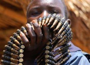 В Демократической Республике Конго юный участник народного ополчения несет боеприпасы в центр разоружения ООН. Фото: Stuart Price/AFP/Getty Images