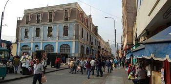Местные жители, делающие покупки в Лиме. Фото: Ramtyns/Flickr