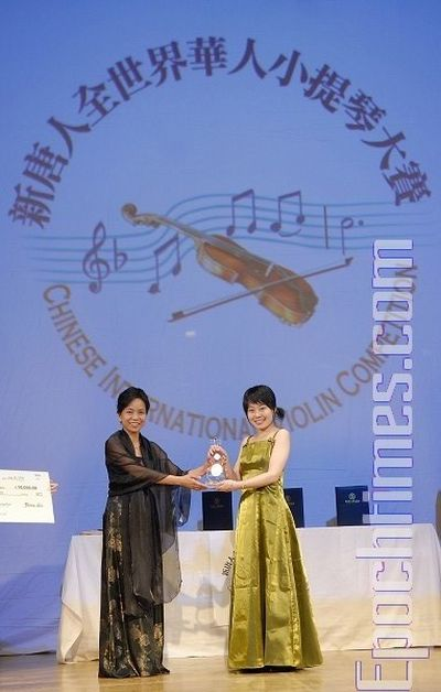 Председатель жюри конкурса Линь Цзя вручает приз за 1-е место конкурсантке № 17 Тун Янь. Фото: Даи Бин/ The Epoch Times
