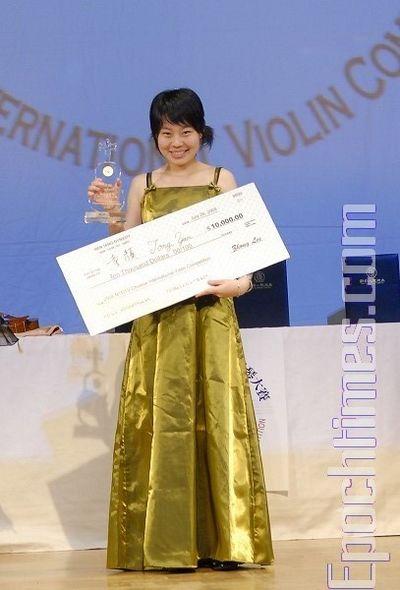 Тун Янь, занявшая 1-е место, получила чек на $10 тыс. Фото: Даи Бин/ The Epoch Times