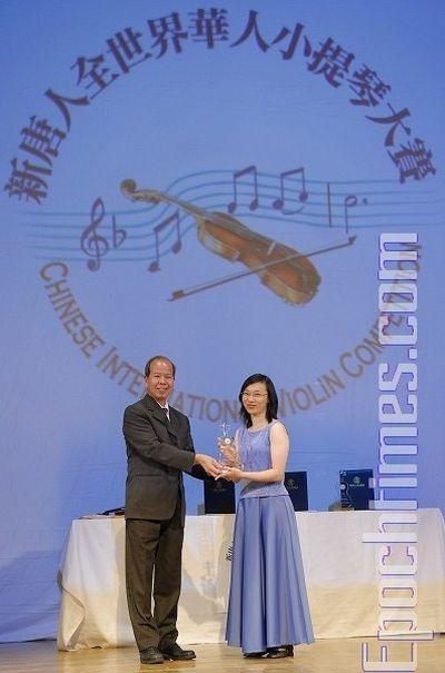 Член жюри конкурса Чен Жутан вручает приз за 3-е место конкурсантке № 21 Чен Цзяхуэй. Фото: Даи Бин/ The Epoch Times