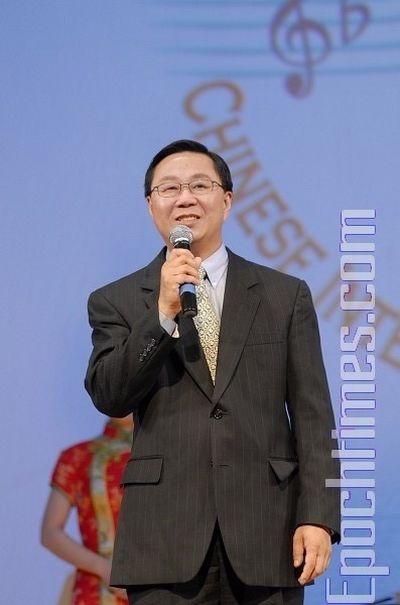 Генеральный директор телевидения NTDTV Ли Цун поздравляет победителей конкурса. Фото: Даи Бин/ The Epoch Times
