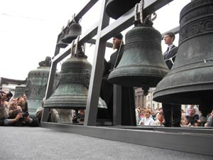 Би-М-М, Би-М-М – торжественно гудит на всю Исаакиевскую старший колокол у подножия колонн, дин-дон, дин-дон - весело перезваниваются младшие. Фото: Татьяна Серебрякова/Великая Эпоха