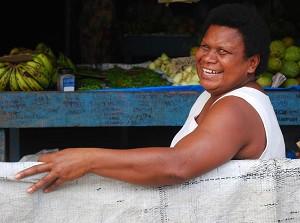 Теплый прием: Ана, продавщица фруктов в городе Сигатока, приветствует фотографа. Фото: Уэс Лафортюн