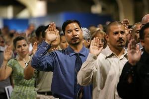 Иммигранты приведены к присяге в качестве граждан США во время церемонии натурализации в июле 2007 года, Помона, шт. Калифорния. Фото: David McNew/Getty Images