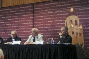 Владимир Буковский выступает на конференции в Стэнфордском университете. Фото: Cветлана Федосеева/Terra Nova