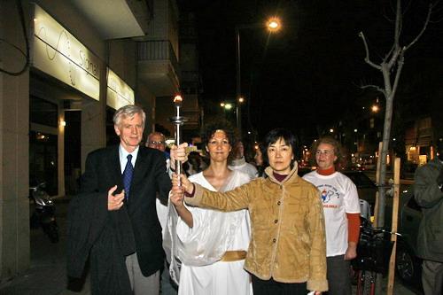 Дэвид Килгур и Дженнифер Цзэн сопровождают процессию Факела в защиту прав человека. Фото: Тиква Махабад/Великая Эпоха