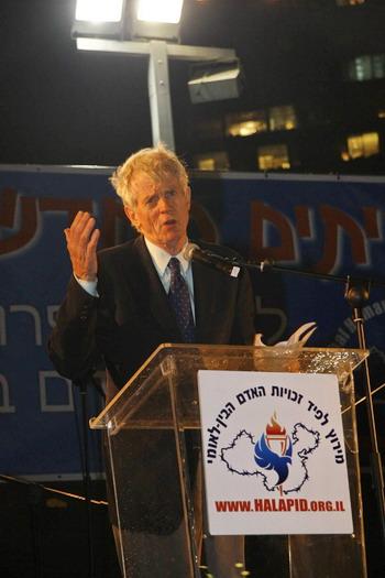 Государственный деятель Канады Дэвид Килгур выступает на церемонии зажжения Факела прав человека в Израиле. Фото: Тиква Махабад/Великая Эпоха
