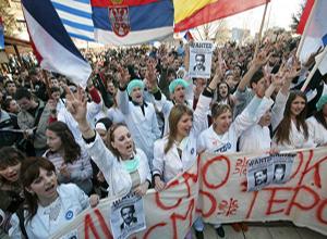 Несколько тысяч сербских студентов из Университета Приштины, который был перемещён в Митровицу – национально разделенный город, приняли участие в массовом митинге, 21 февраля 2008 г. Фото: ROBERT ATANASOVSKI/AFP/Getty Images